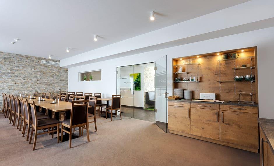 Moderner Frühstücksraum mit Frühstückstheke als Hotelmobiliar
