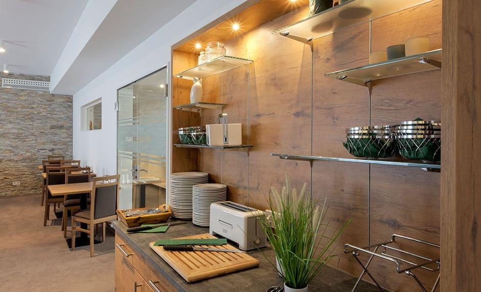 Frühstückstheke als Hotelmöbel mit dekorativen Glaselementen
