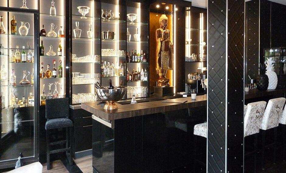 Bartheke mit Glasvitrinen im Lobby-Bereich