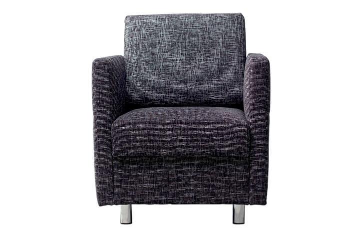 klassischer grauer Sessel für die Hotelzimmereinrichtung