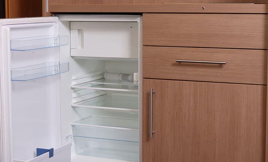 kleiner Kühlschrank in der Hotelzimmer-Kitchenette
