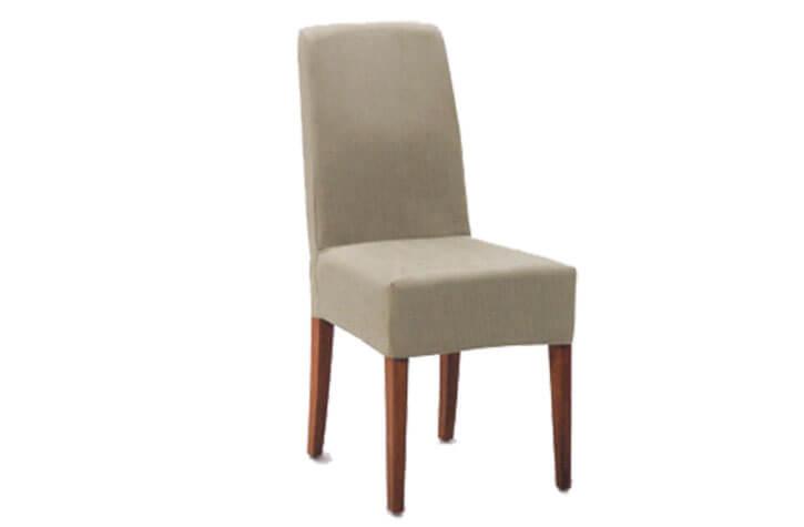 Klassischer beiger Stuhl mit Holzbeinen für die Hotelzimmereinrichtung