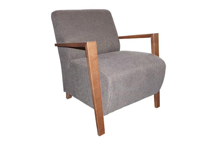 Grauer Sessel mit Holzlehnen für die Hotelzimmereinrichtung