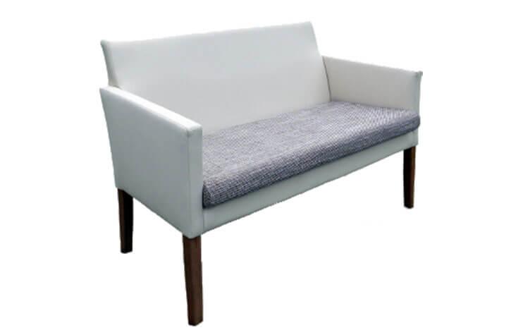 Sitzmöbel für Hotelzimmer mit Holzfüßen