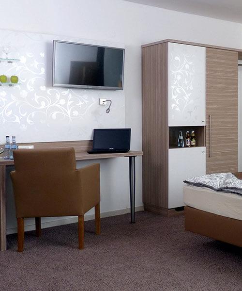 Hotelzimmereinrichtung ausgestattet mit TV und Laptop-Anschluss