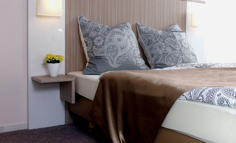 Funktionaler Nachttisch als Teil der Hotelzimmereinrichtung