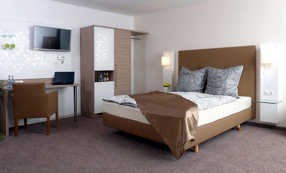 Gediegene Hotelmöbel im Farbkontrast braun und weiss