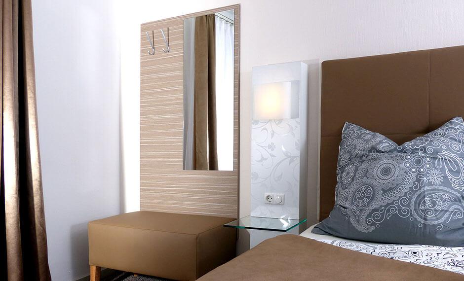 Als Teil der Hotelzimmereinrichtung integrierte Kofferablage mit Garderobe