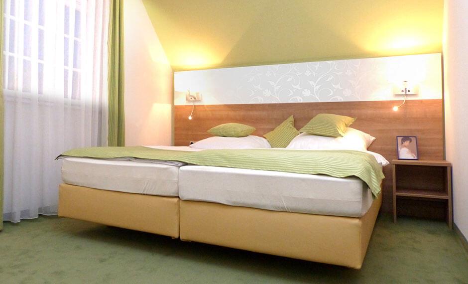 Hotelzimmermöbel City Comfort hier als Lösung mit Dachschräge