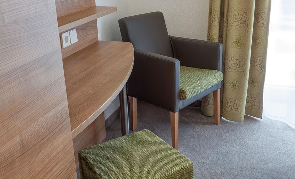 Stylischer Hotelzimmer-Sessel in dunkelgrau