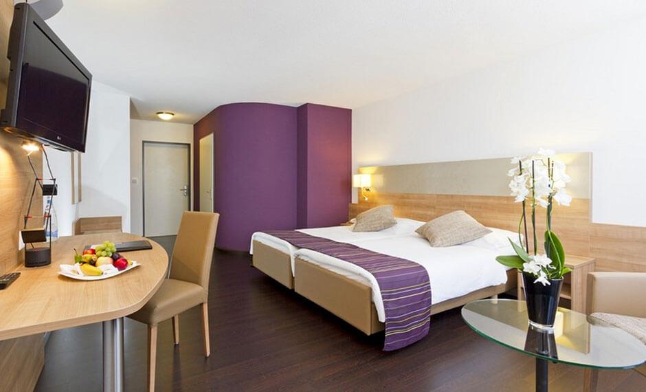 Hoteleinrichtung City Comfort mit Lila-Umbauten