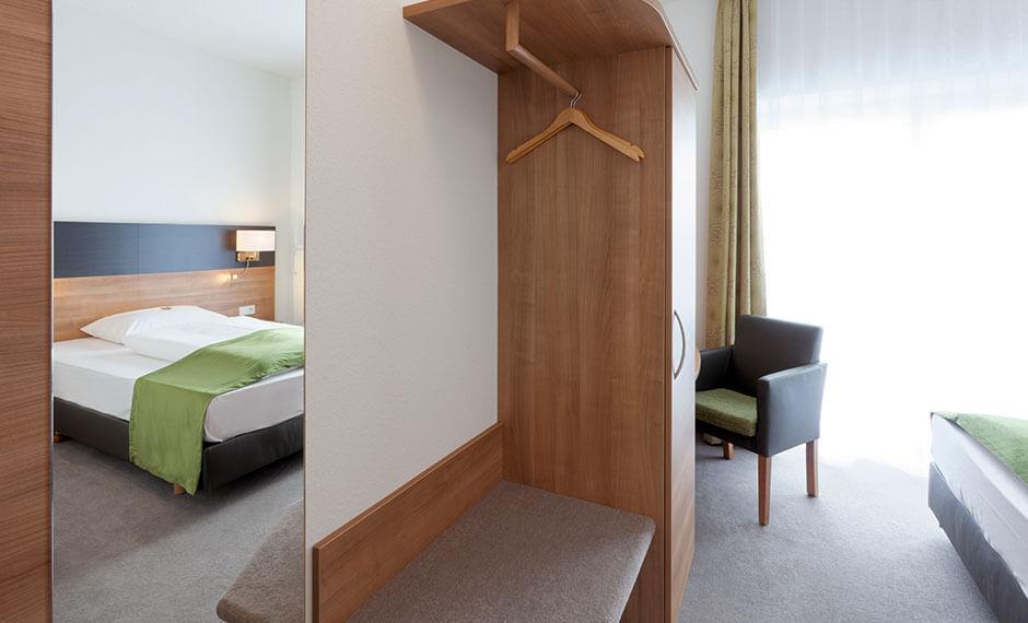 Kofferablage und Garderobe für die Hotelzimmereinrichtung