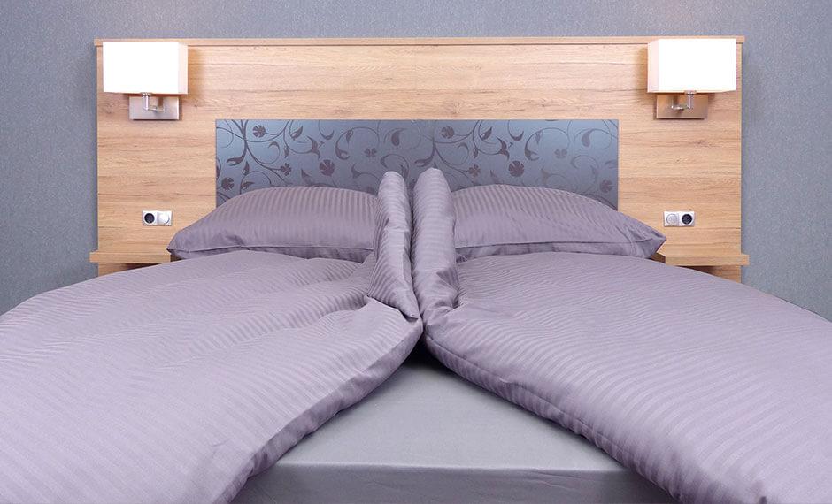 Elegantes Hotelzimmer-Möbel-Design mit lila Akzenten