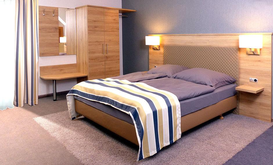 Spiel mit den Farben beim Hotelzimmermöbel City Elegant