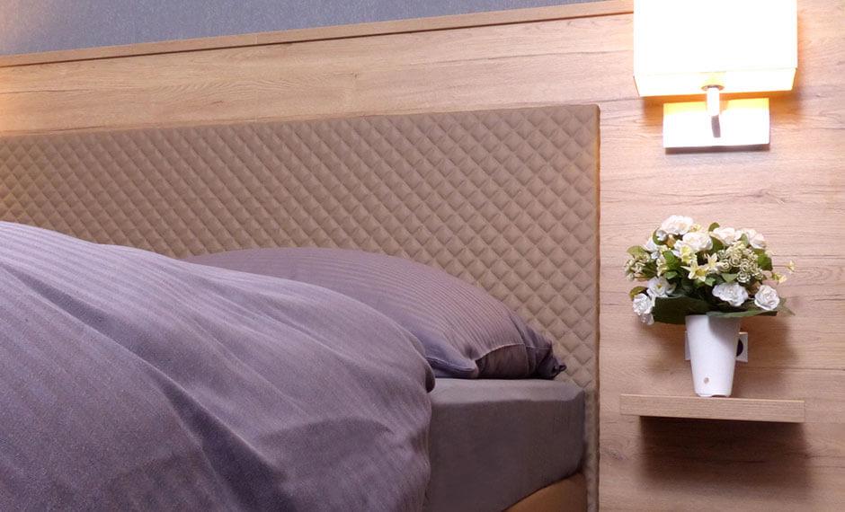 Hotelmöbel aus der Serie City Elegant mit violetter Ausstattung und besonderem Wandpaneel