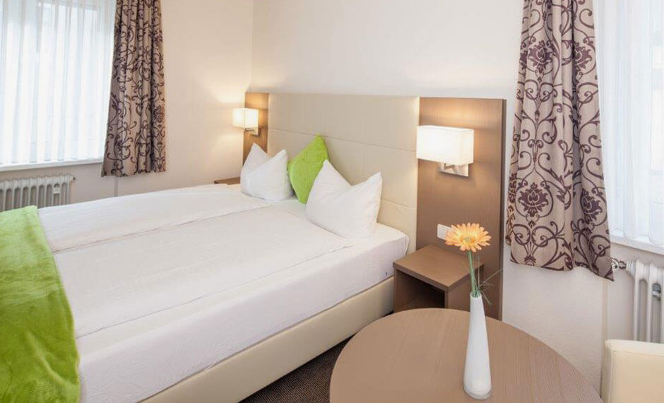 Exklusive Lampen und Wandpaneele passend zur Hotelzimmereinrichtung