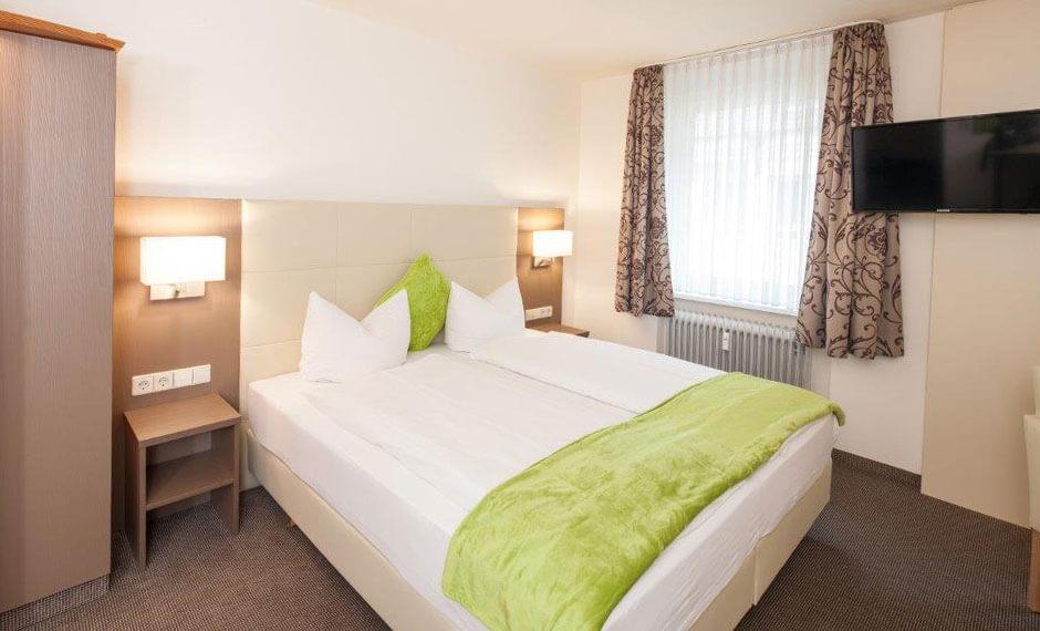 Zimmerdeko bei der Hoteleinrichtung in grün und weiss