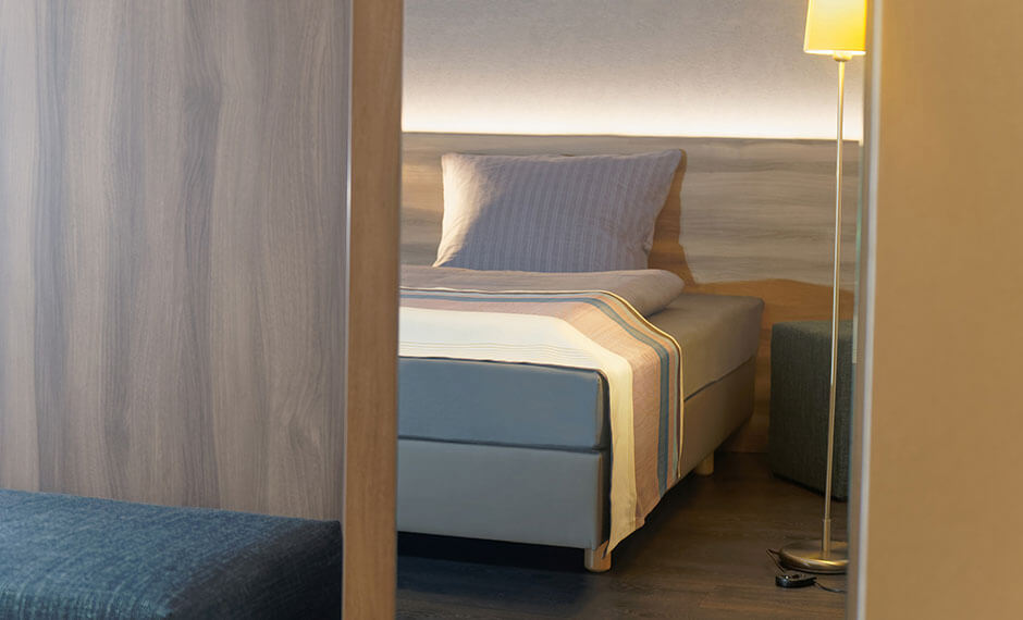 Hotelzimmereinrichtung mit individueller Trennwand