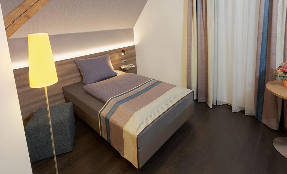 Gelungene Hotelzimmereinrichtung mit Dekotextilien in Brauntönen