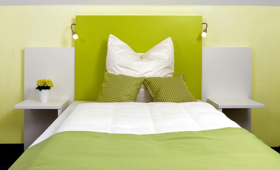 Hotelzimmermöbel mit grünem Wandpaneel