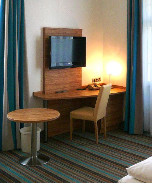 Hotelmöbel mit Boden und Vorhängen passend eingerichtet