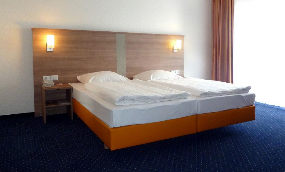 Hotelzimmermöbel mit Bettrahmen in orange