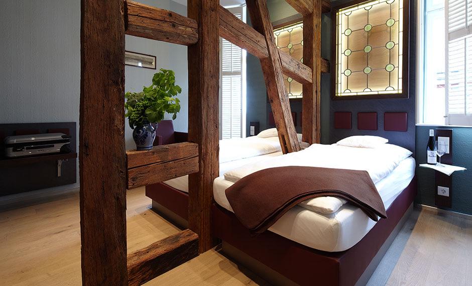 Individuelle Hotelzimmereinrichtung für Räume mit Fachwerk