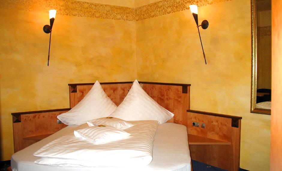 Hotelzimmereinrichtung mit warmen Orange-Tönen