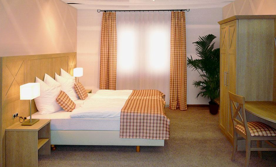 Hotelzimmermöbel Kastell mit rustikalen Dekostoffen