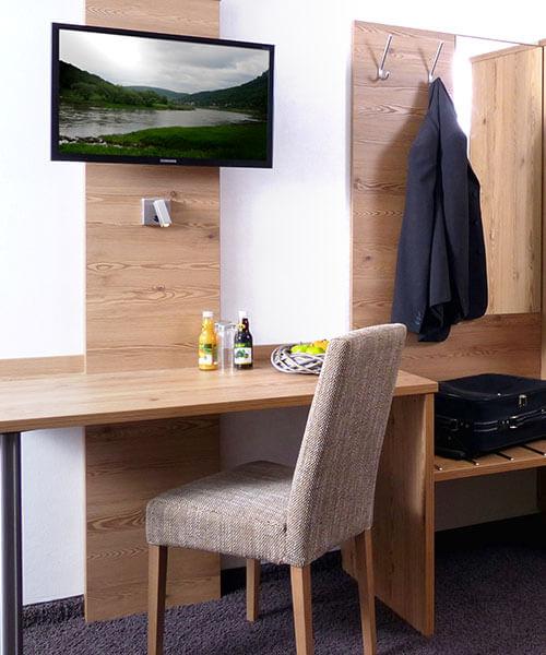 Stilvoller Schreibtisch kombiniert mit Kofferablage als Hotelzimmereinrichtungs-Ausschnitt