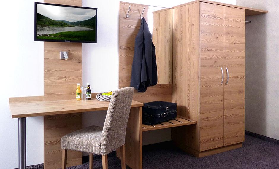 Elegante Hotelzimmereinrichtung mit integrierter Kofferablage