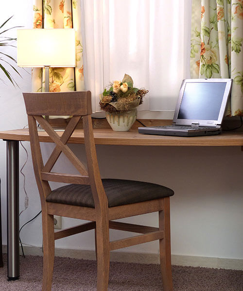 Schreibtisch-Möbel fürs Hotelzimmer in dunkler Holzmaserung