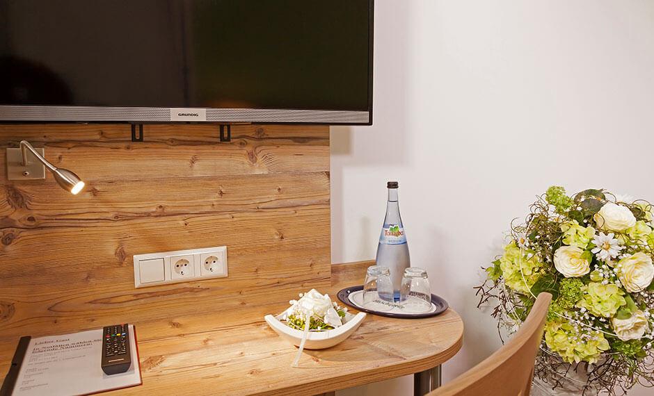 Hotelzimmer-Tisch mit Steckdose im Wandpaneel