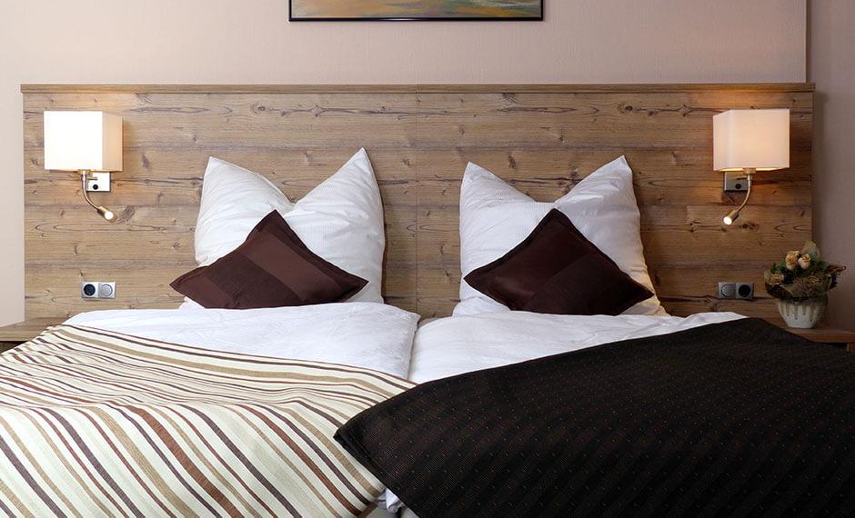 Möbel und Ausstattung fürs Hotelzimmer-Bett