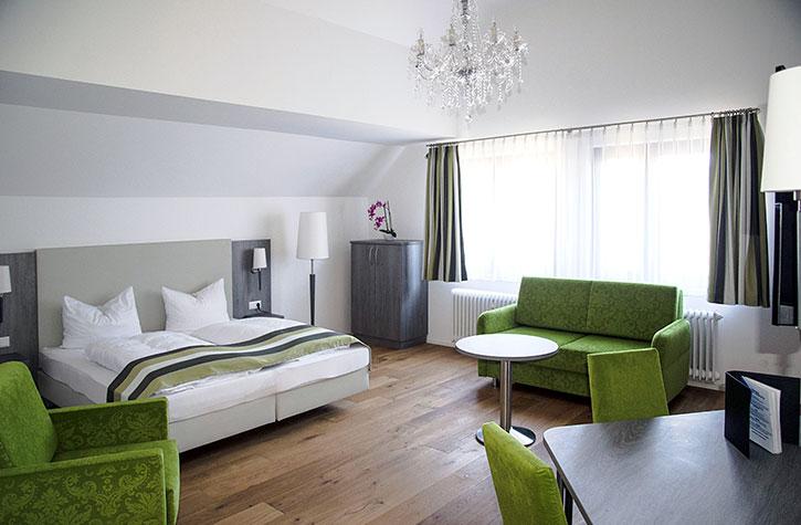 Hotelzimmereinrichtungs-Programm City effektvoll mit Lüsterleuchter kombiniert