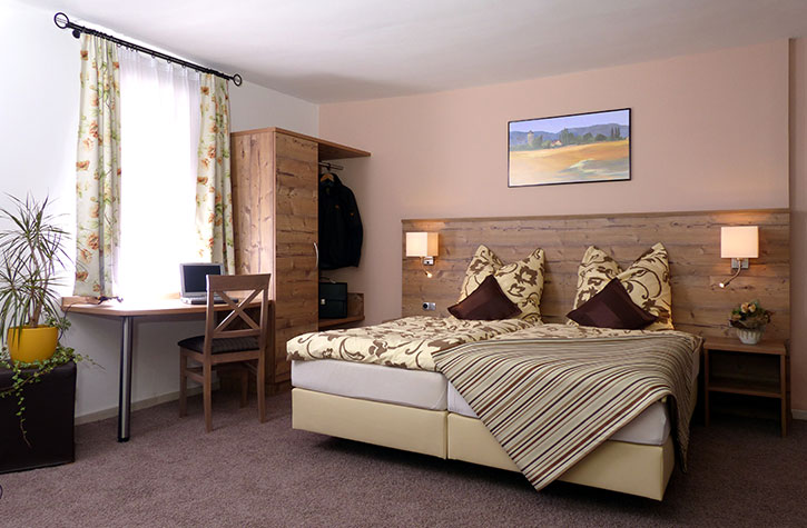 Hotelzimmereinrichtung und Ausstattung im Schwarzwald-Stil