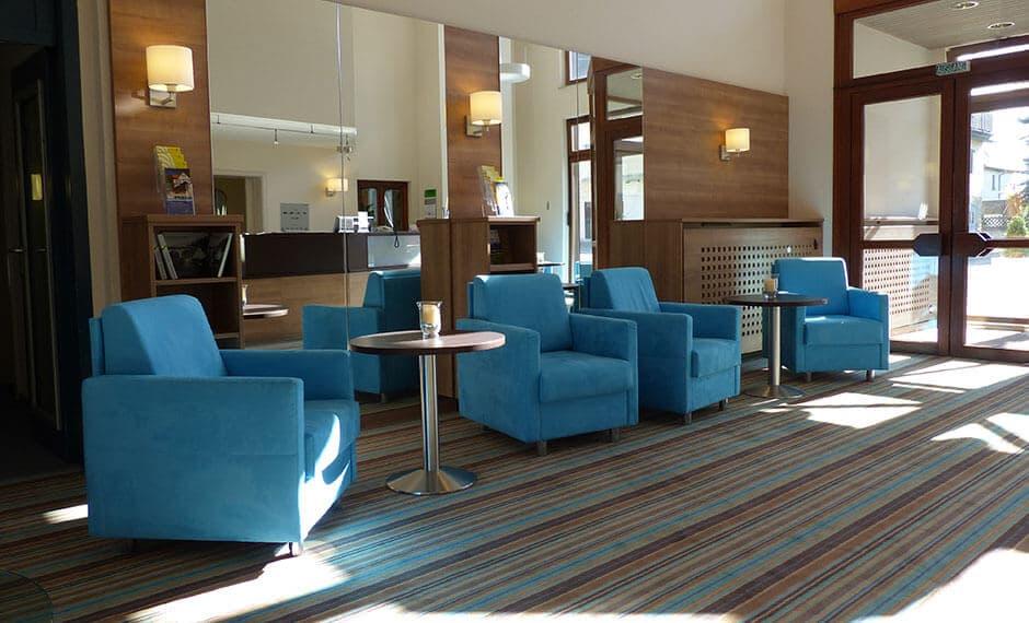 Lobby-Bereich mit Hoteltheke in himmelblau