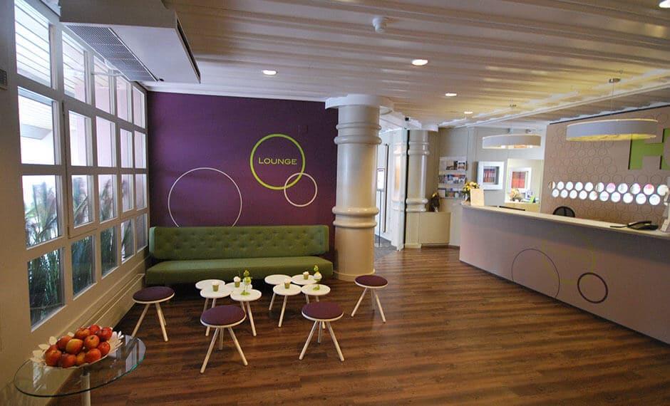 Lila und Grün als Kontrast bei der Lobby-Einrichtung