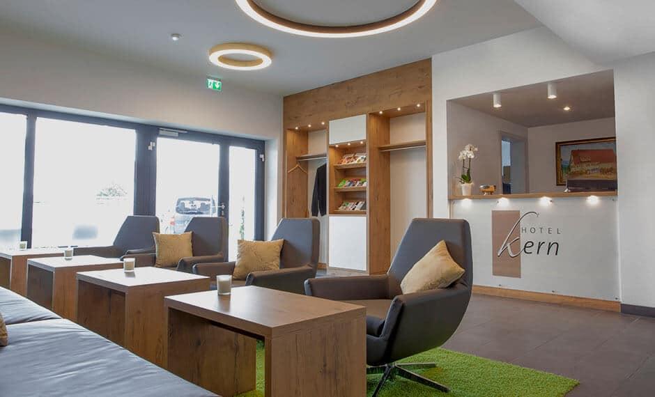 Lobby-Einrichtung in warmen Farben mit Rezeption