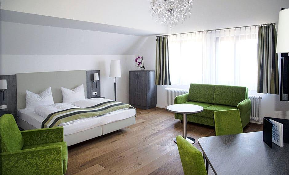 Hotelzimmereinrichtung mit frischem Grün