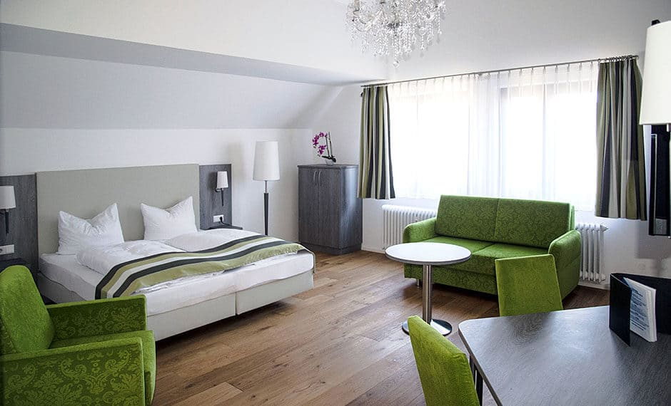 Hotelzimmereinrichtung in grüner Ausstattung