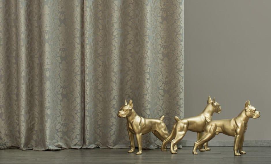 Goldene Hunde als Dekoelemente